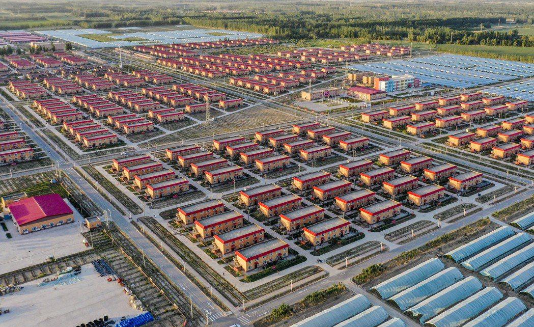 中國政府的治疆方略,除了文化與思想的「再教育」外,另一部分也在於藉脫貧之名,向外...