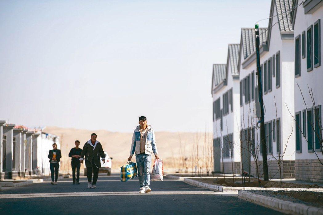 「不願意離開村落,不願意離開土地,是無法脫貧致富奔小康的!」圖為2020年,新疆...