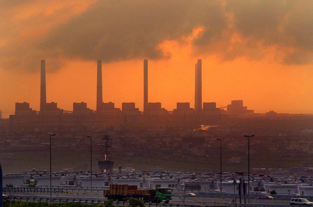 小小的台灣在世界的碳排量高居23位,人均碳排量比日本、韓國、中國還高。圖為台中火...