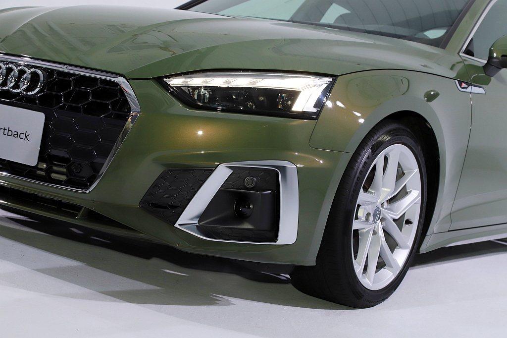 採用Matrix矩陣式LED技術的極光頭燈組和極線LED識別燈,使Audi A5...