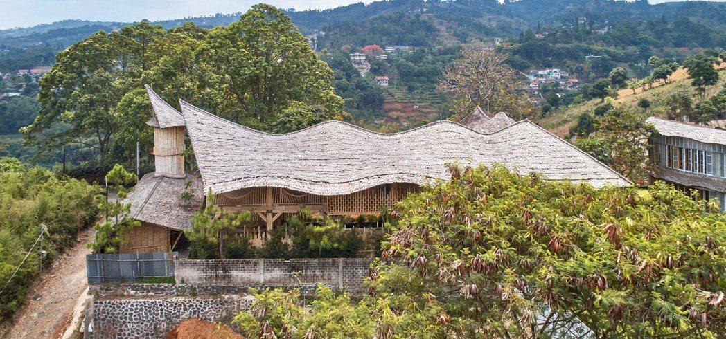 RAW在印尼打造了以竹子、石材與回收塑膠的建築物。圖/取自Ralrich Arc...