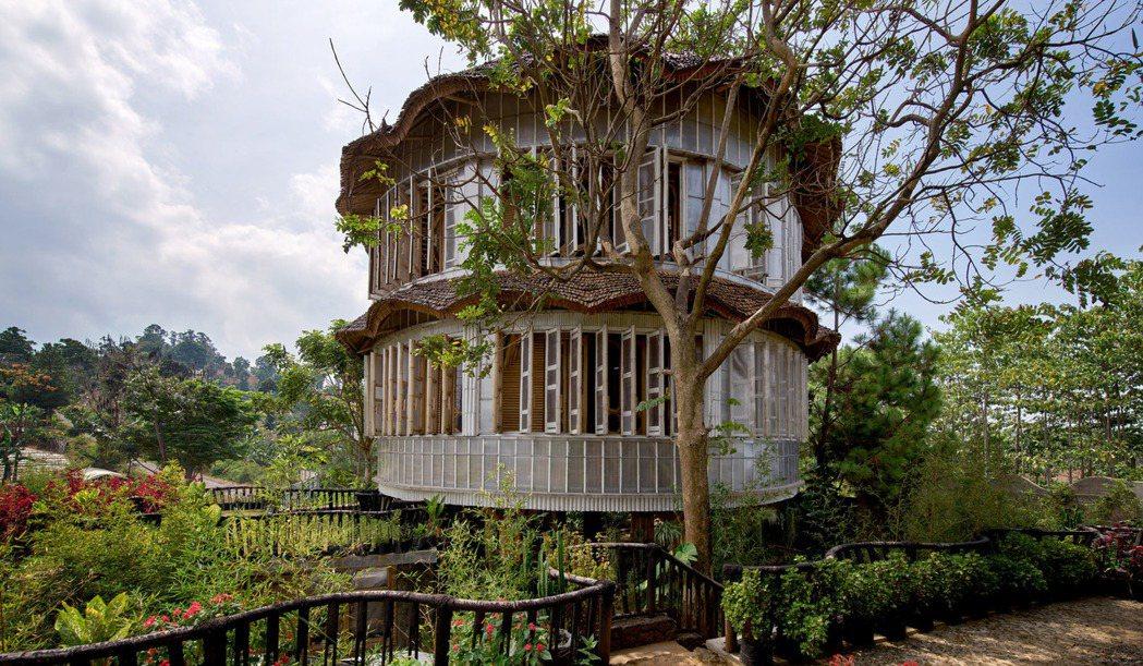 可回收的塑膠,包覆在竹子結構外,形成最好的保護。圖/取自Ralrich Arch...
