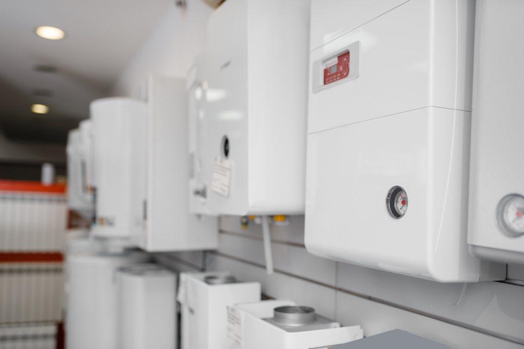 一名網友在網路上詢問每天開關電熱水器電源是否會真的比較省電?示意圖/ingima...