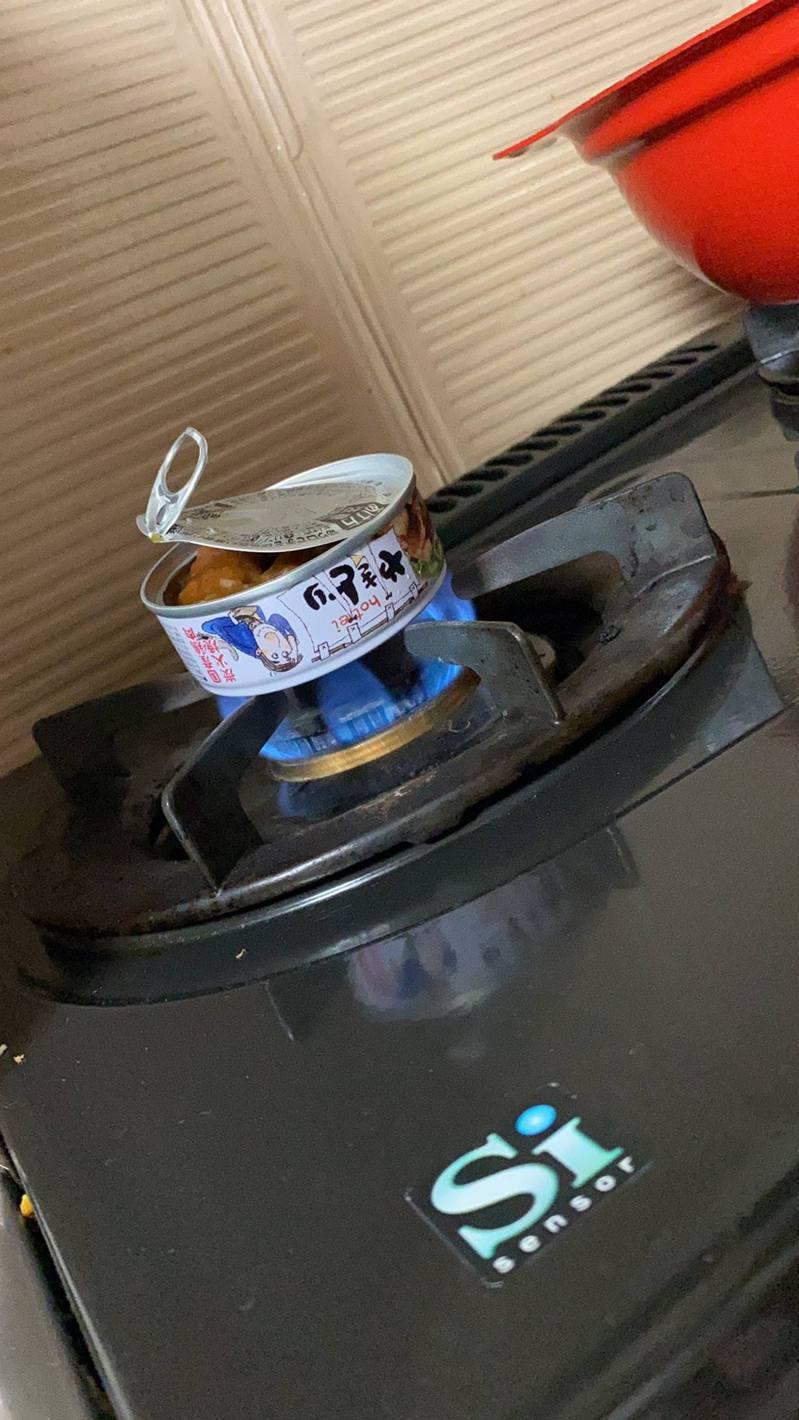 日本人妻為了加熱罐頭,竟直接把罐放在明火爐上加熱,令人感到愕然。(tk20140114@Twitter圖片)
