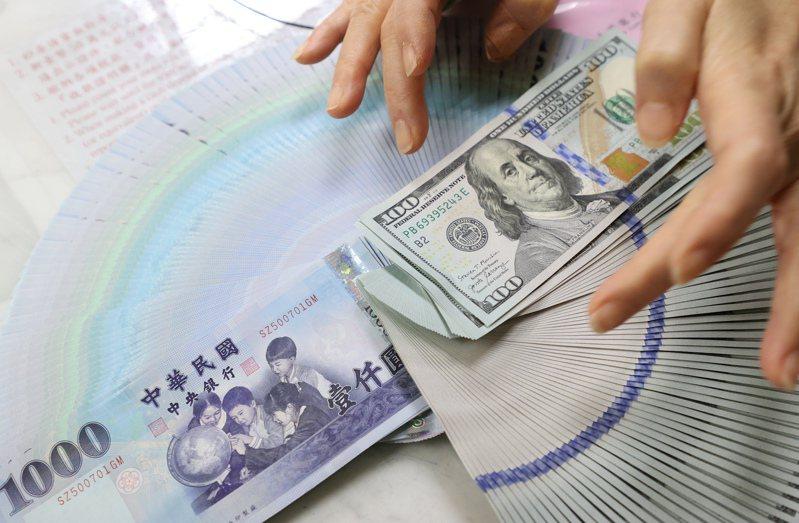 新台幣兑美元匯率今天上午升到27字頭,新台幣強升對經濟衝擊形成雙面刃。 記者潘俊宏/攝影