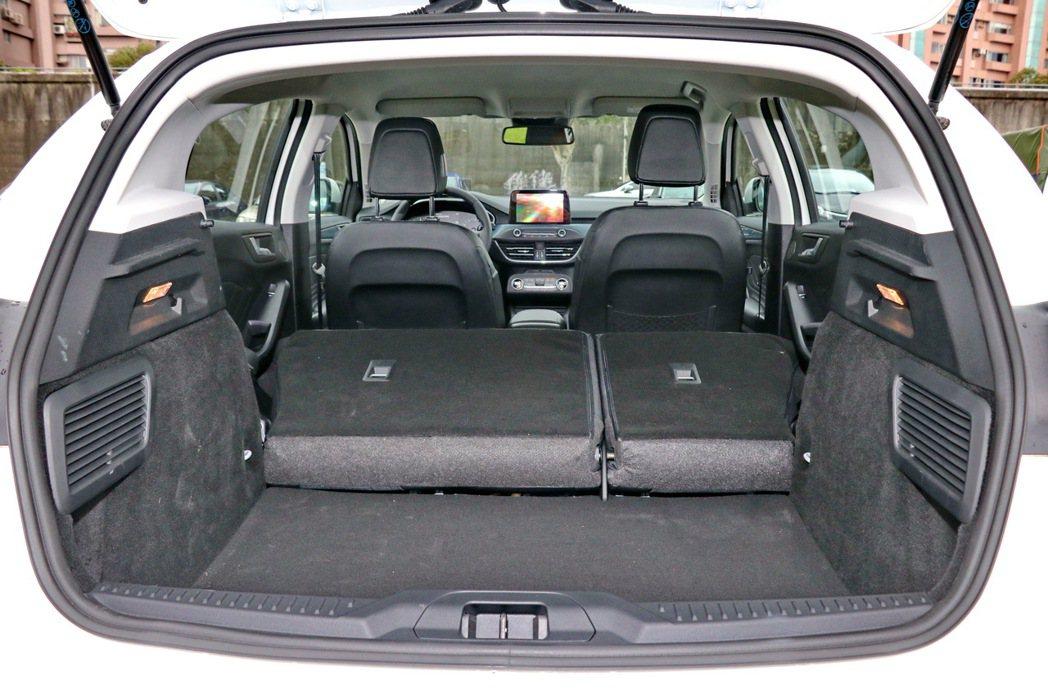 透過後座椅背6:4分離傾倒,後車廂還是具有一定水準。 記者陳威任/攝影
