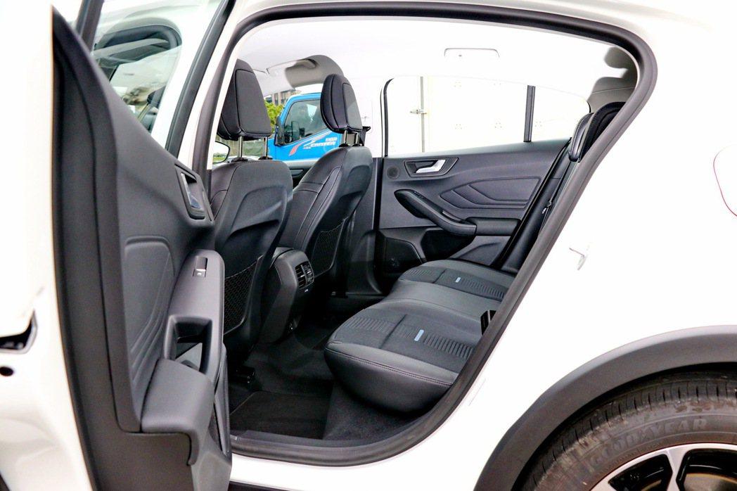後座空間有中型房車的寬敞舒適。 記者陳威任/攝影