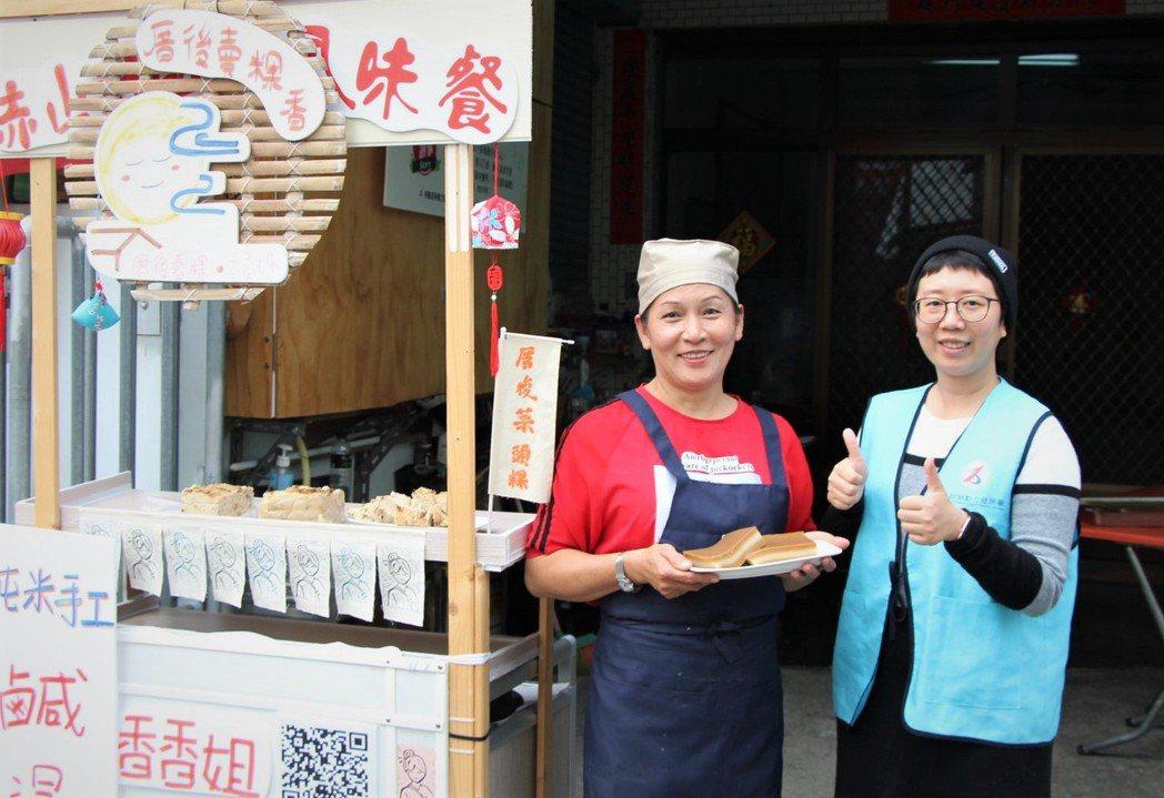 潘美香(左)感謝南區銀髮中心的協助,給了她創業的勇氣。 高屏澎東分署/提供。
