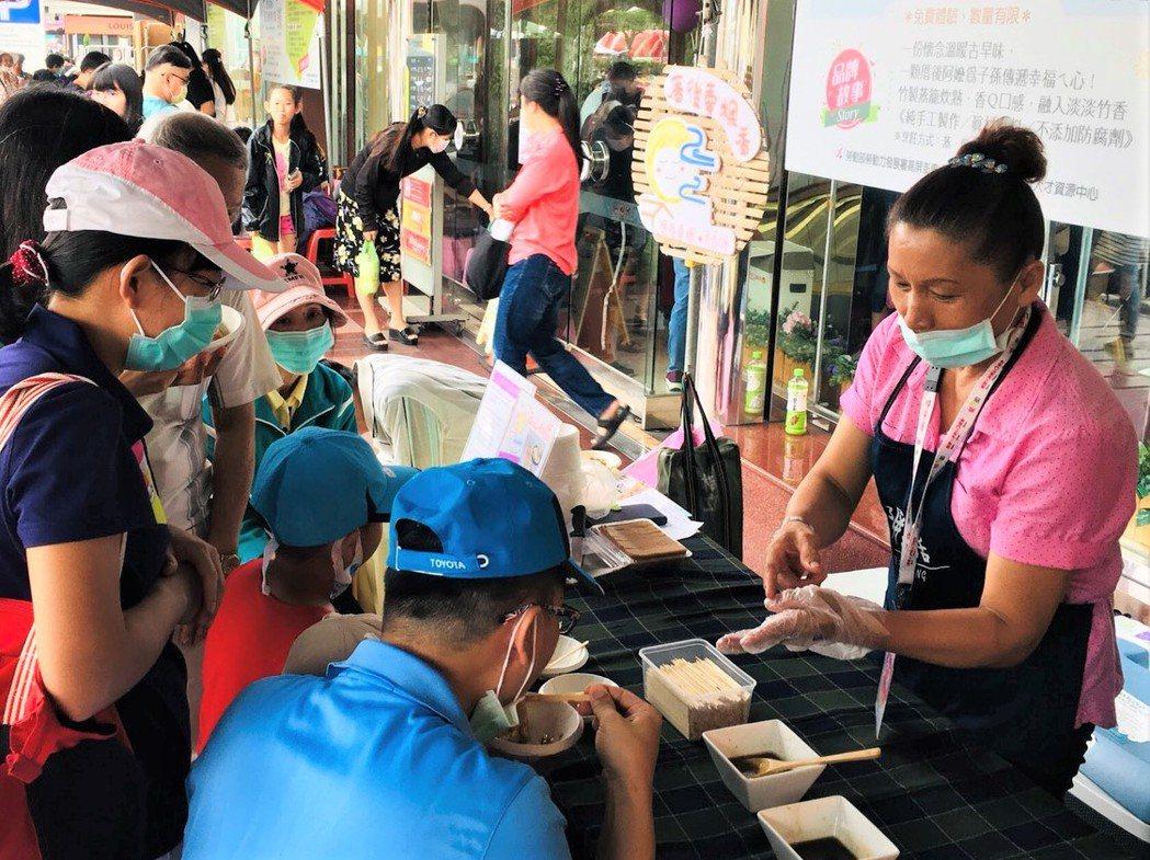 潘美香在銀力圓夢的成果展上,將品牌理念、美味推廣給更多人。 高屏澎東分署/提供。