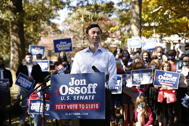 美國喬治亞州參議員5日決選,民主黨拚兩席全拿,以質實掌控參院。圖為民主黨籍挑戰者...