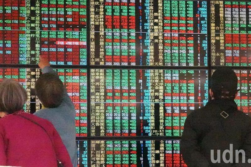 「110年召開股東常會日期事前登記作業」今日上午開放登記,截至10點30分止,已有「12旺日」全面被訂滿,圖為上午號子裡的投資人緊盯大盤走勢。記者杜建重/攝影