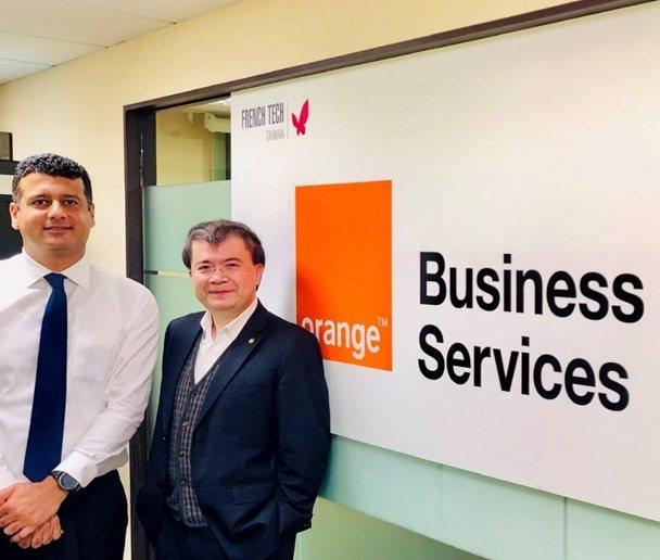 皇輝科技執行長張智強博士(右)與法國電信集團前Orange OAB代表Hayth...