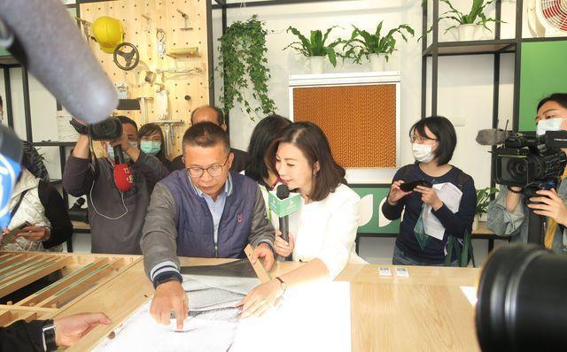 皆展公司總經理胡馨元(右三)介紹溫室資材展示光桌體驗。 陳華焜/攝影