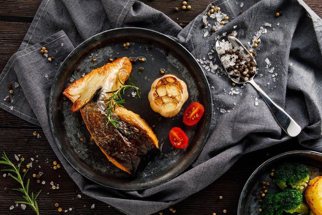 「美威嫩烤厚切鮭魚下巴排」,選用的鮭魚下巴排有別於一般魚下巴,更保留魚頭後段的鮮...