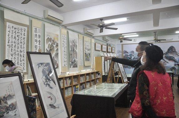 展覽現場來賓反應熱絡,對連水生老師的書畫讚揚不以,紛紛參與做公益。 餉潭國小/提...