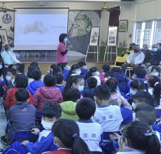 林秀英校長對學生說連水生老師的故事,要把最美麗的畫留在餉潭。 餉潭國小/提供