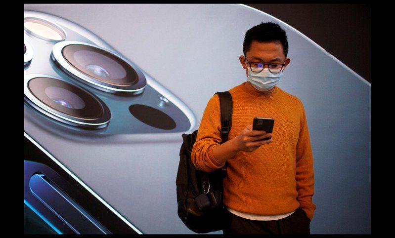 研調機構TrendForce指出,去年5G智慧型手機滲透率19%,預估2021年5G手機滲透率將上升至37%,圖為蘋果iPhone 12系列手機。路透