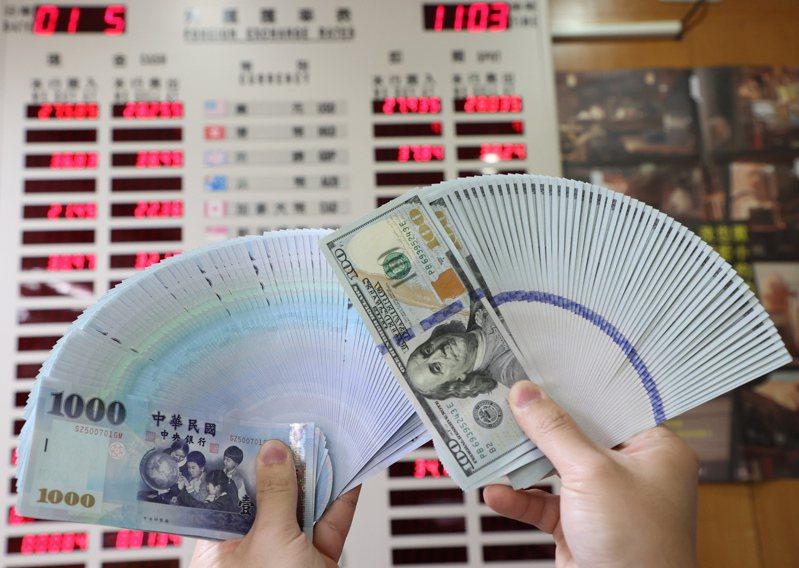新台幣今天攻破28元整數關卡。 報系資料照/記者潘俊宏攝影