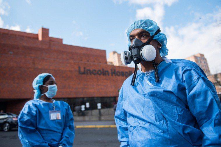圖為紐約戶外檢測站防疫人員。 新華社