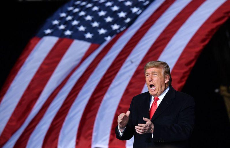 美國總統川普今天懇求喬治亞州選民「拯救」美國,讓明天進行決選的2名共和黨籍聯邦參議員成功連任。圖/法新社