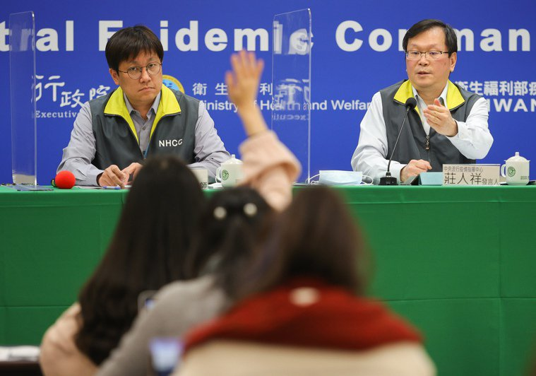 中央流行疫情指揮中心發言人莊人祥(右)、疾管署防疫醫師林詠青(左)。中央社