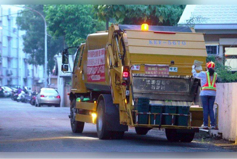 環保局公布110年春節期間垃圾收運情形,小年夜雖逢週三,但仍正常收運垃圾。本報資料照片