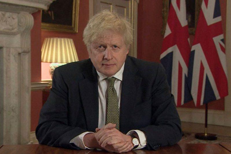 英國首相強生(Boris Johnson)2天前才說學校安全,鼓勵孩童返校。他今天態度急轉彎,宣布英格蘭地區從午夜起開始第3度封城,學校也暫時不開課,最快2月中旬解禁。美聯社