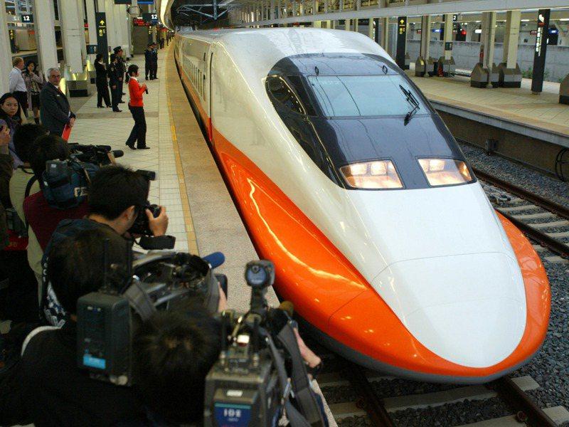 台灣高鐵正式啟用,第一班列車早上七點從高雄左營站出發前往板橋,媒體記者聚集獵取鏡頭。圖/聯合報系資料照片