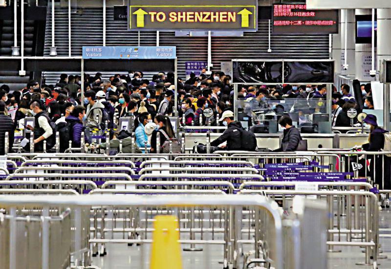 鑑於廣東入境規定一再緊縮,不少香港民眾近日提前返回深圳。圖為4日深圳灣口岸景象。(取自香港大公報)