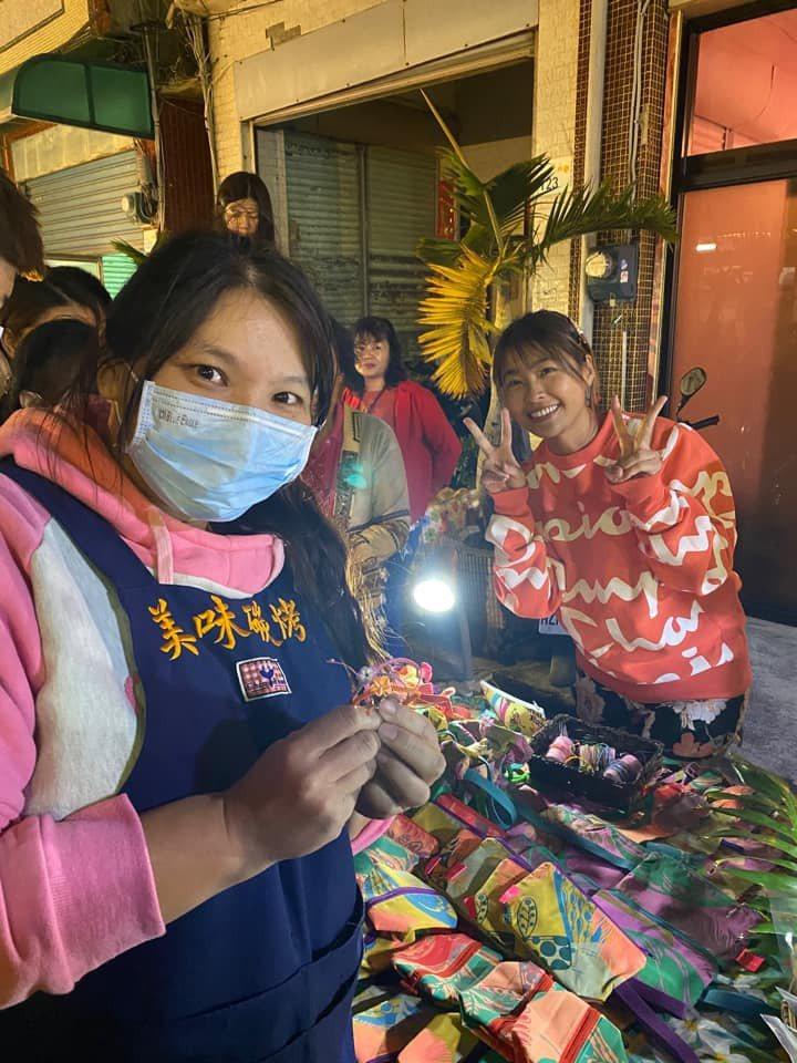 小嫻去年底到恆春周日夜市擺攤,販售自己編織的手環和環保提包,金剛也愛相隨,並與遊...