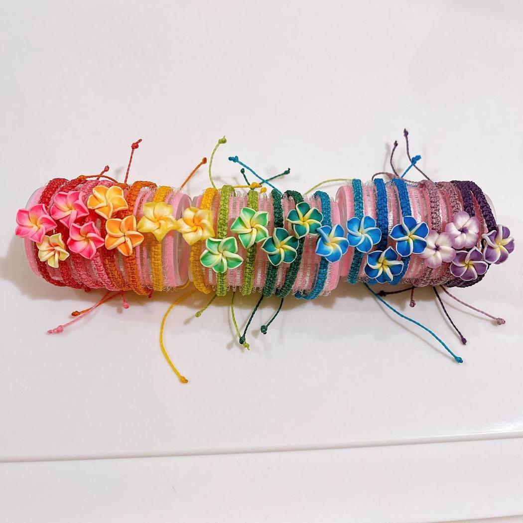 小嫻去年底到恆春周日夜市擺攤,販售自己編織的手環,供不應求。圖/取自小嫻臉書