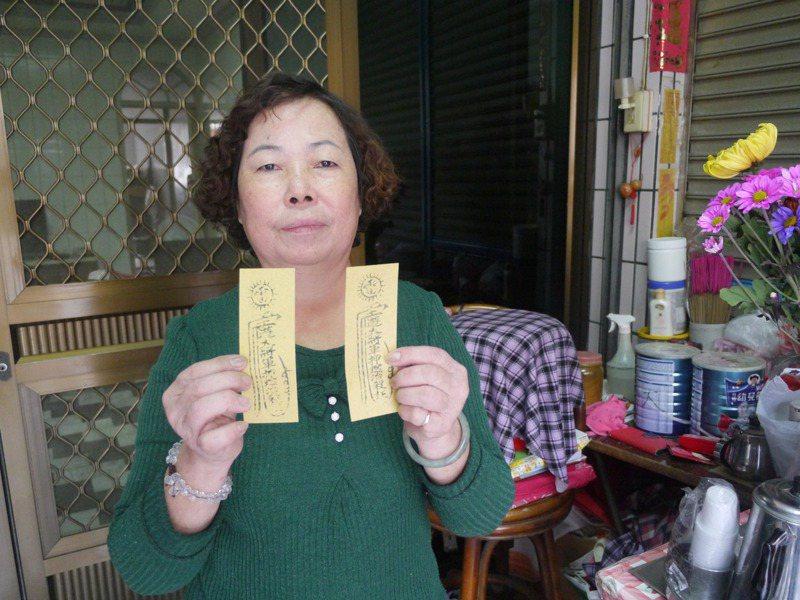 葉淑茹使用兩款家傳符令,各有不同功效。記者徐白櫻/攝影