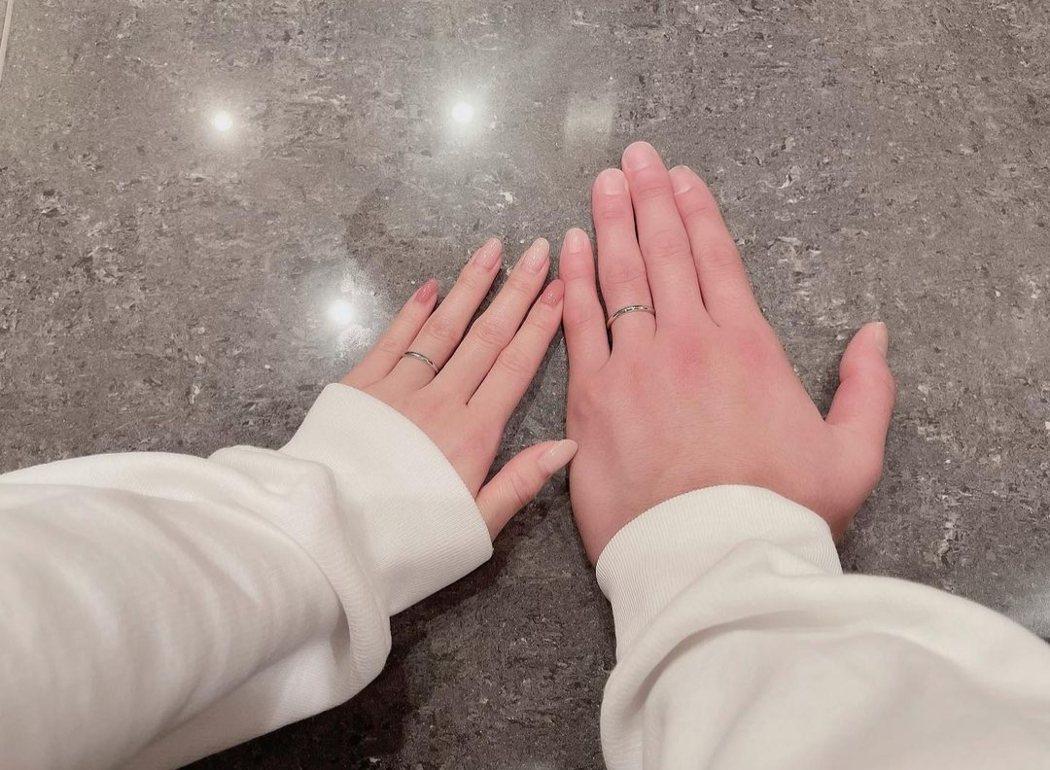 板野友美與高橋奎二曬出婚戒。圖/摘自IG