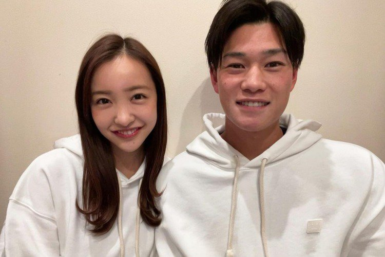 AKB48出身的板野友美宣布閃婚,與相差6歲的職棒選手高橋奎二登記結婚,證婚人還請來AKB48的大家長秋元康。29歲的板野友美是透過朋友介紹,認識23歲的高橋奎二,兩人交往一年半決定共組家庭。板野友...
