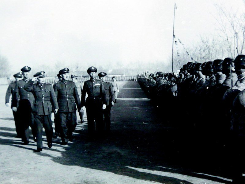 抗戰期間,胡宗南校閱中央軍校第七分校的學生。圖/胡為真提供