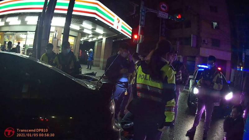 桃園市八德區今天清晨1點多,巡邏員警與和1輛自小客車會車時,小客車竟突然加速離去,警方察覺有異馬上鳴警報器追趕,果真查獲到1小包安非他命。圖/八德警分局提供