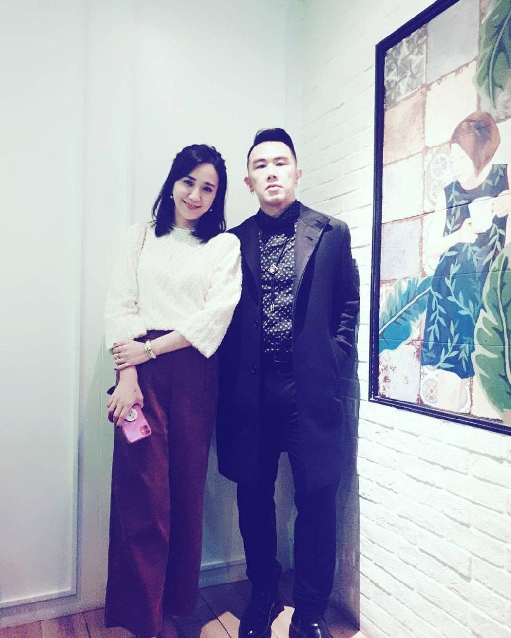 何妤玟(左)和大隸一起出席許孟哲和趙孟姿的婚宴。圖/摘自IG