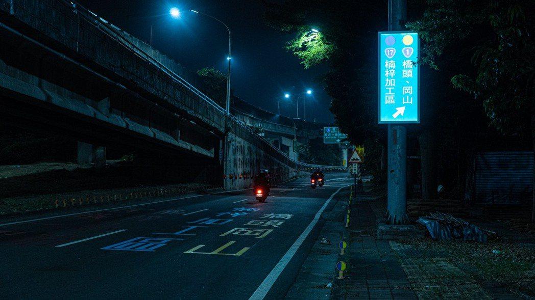 改善高雄市楠梓陸橋行車動線,交通局於機慢車行車路線增設17面內照式燈箱及12組彩...