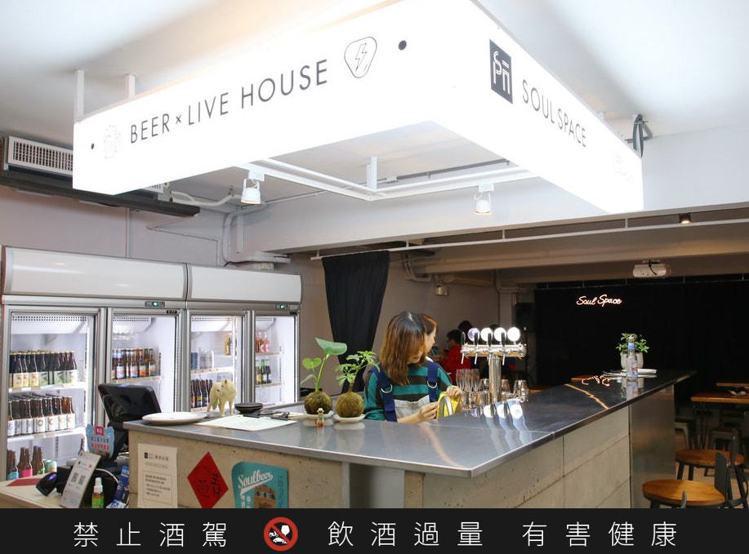 目前藍白拖精釀啤酒可於台北30多間酒吧、餐廳中飲用,圖中則為SoulSpace啤...