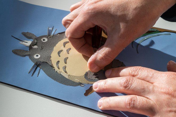 Hammock龍貓圖樣展現精緻的皮革工藝。圖/LOEWE提供