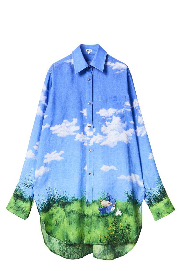 Totoro天空藍景色長版襯衫,37,000元。圖/LOEWE提供