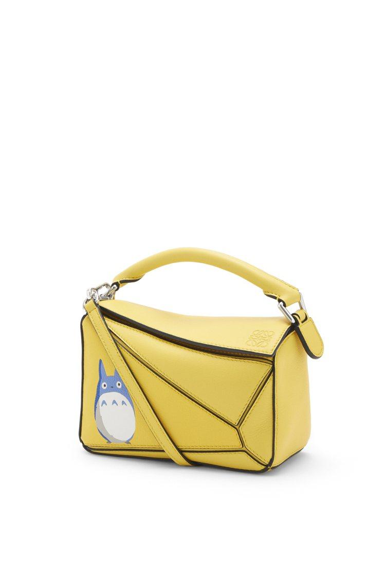 Puzzle黃色龍貓小牛皮迷你肩背提包,72,000元。圖/LOEWE提供