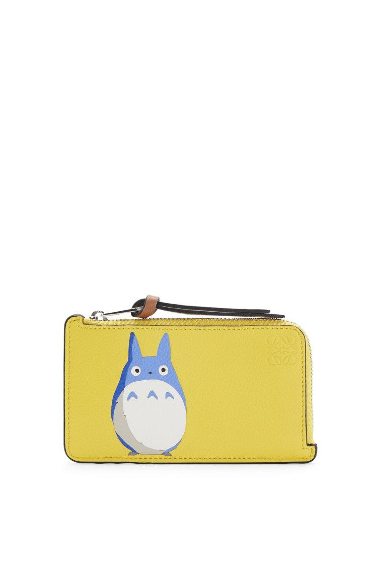 Totoro系列黃色龍貓小牛皮拉鍊卡夾,16,000元。圖/LOEWE提供