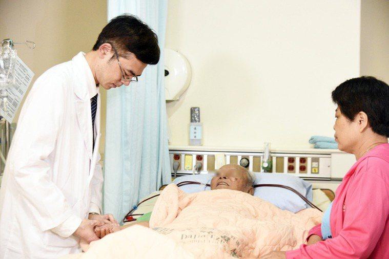 90歲洗腎患者疲累等不適症狀,大林慈濟中西醫聯手改善。圖/大林慈濟提供