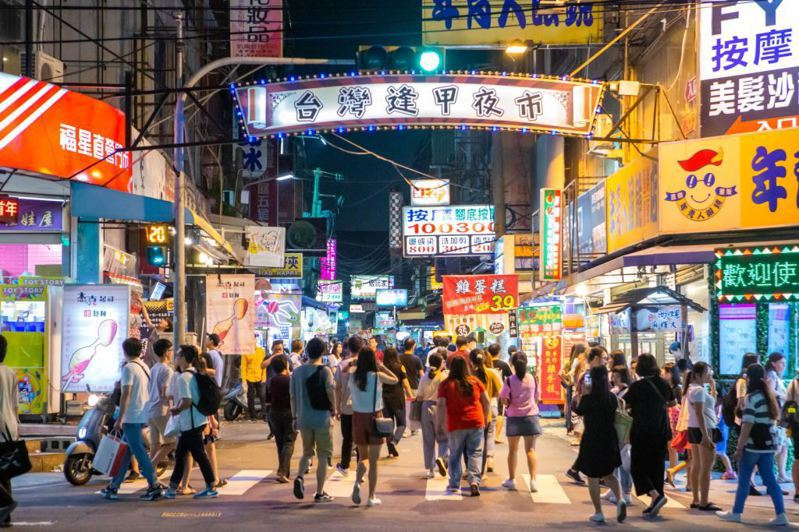 有網友PO文表示,他發現部分夜市或路邊攤販所販賣的價格都已經跟店面沒什麼兩樣,但他不明白為何政府還不能強制要求開發票。示意圖/台中市府觀旅局提供