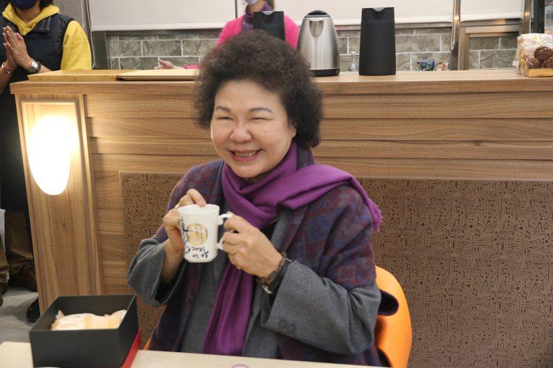 監察院長陳菊成為監院咖啡廳第一位顧客,並在一個咖啡杯上簽名留念。圖/監察院提供