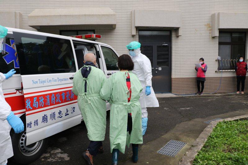 新北社會局在萬里仁愛之家執行防疫演練。圖/新北社會局提供