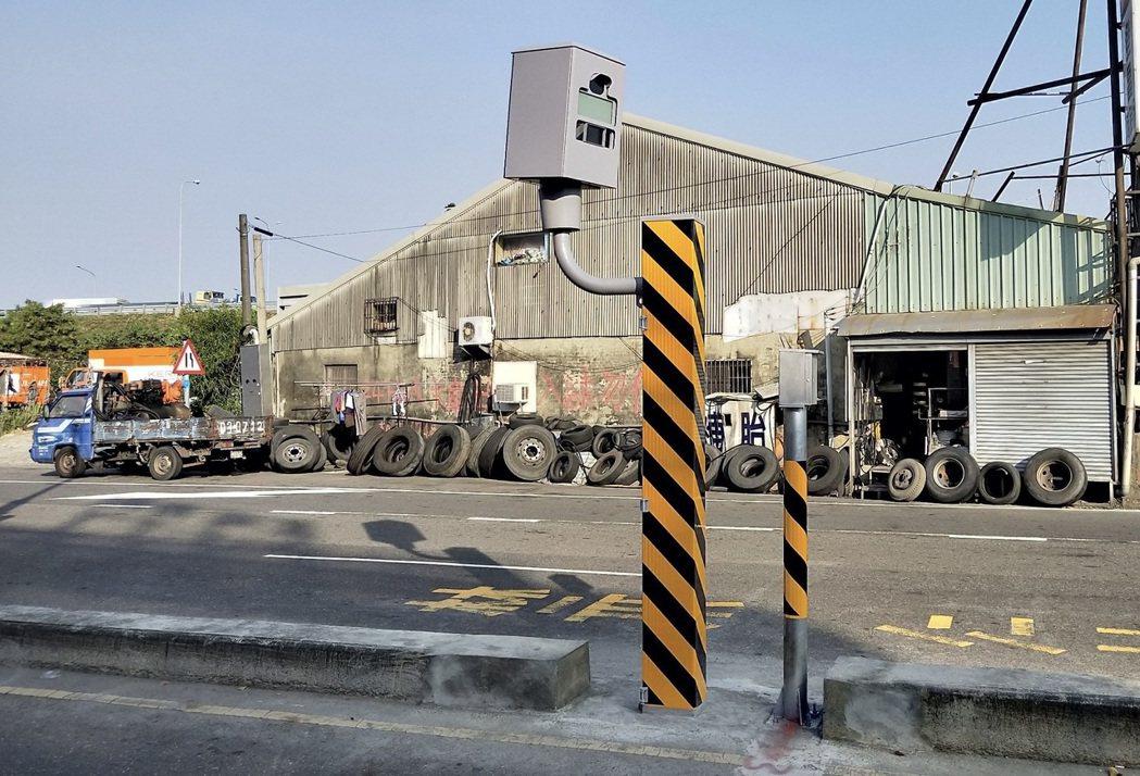 台南市固定桿取締闖紅燈第1名,位於仁德區文德路和中山路。圖/台南市警交通大隊提供