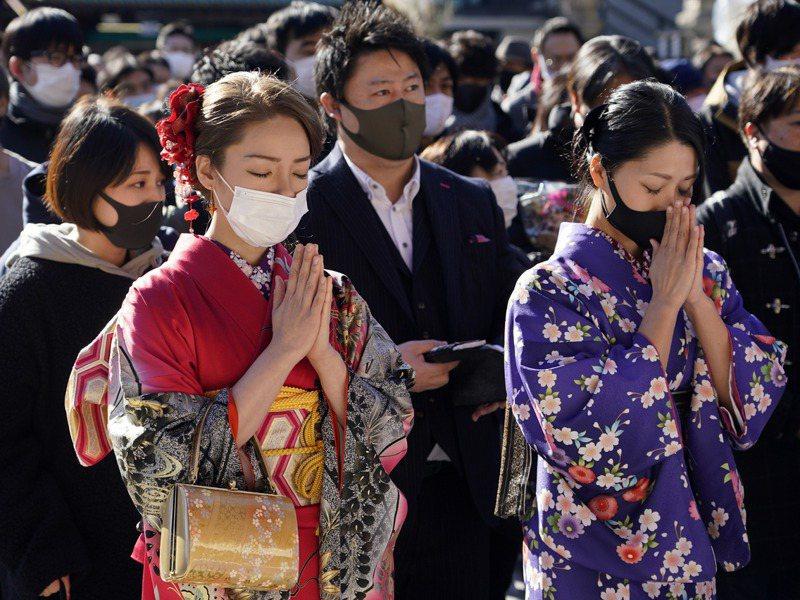 有30%的學校預測到今年3月繳不出學費輟學、休學的學生會增加。圖為至東京神田神社新年參拜的年輕人。歐新社