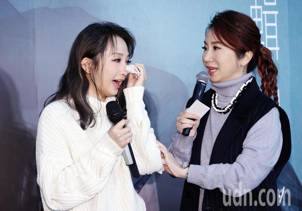 睽違6年,歌手朱俐靜(左)在記者會上透露自己罹癌的消息忍不住淚崩,連一旁的主持人...